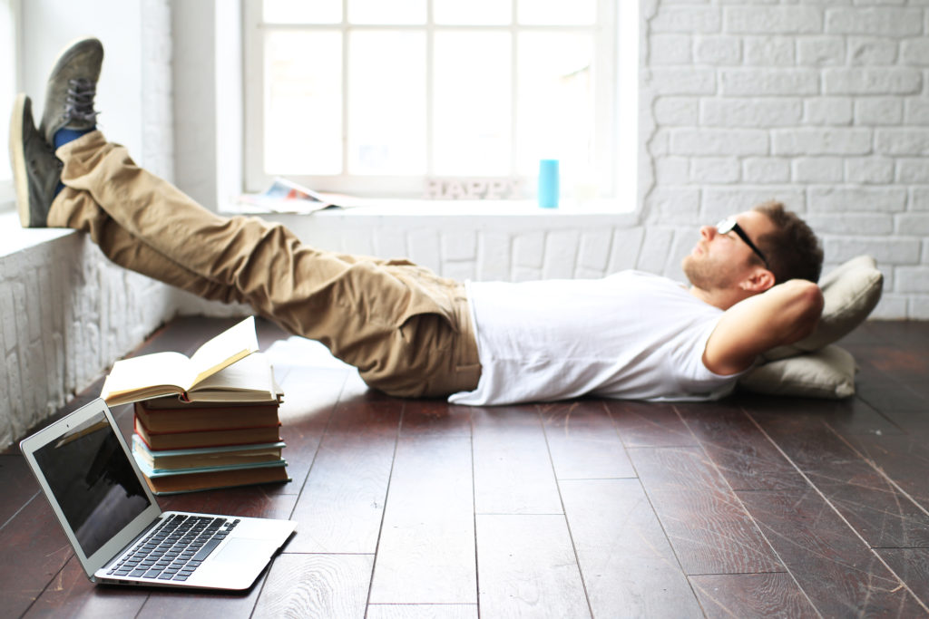 横になってリラックスしている男性